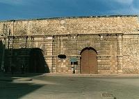 Άποψη της Πύλης Παντοκράτορα, εσωτερική όψη (πρός την πόλη). Μνημειακού χαρακτήρα. Το όνομά της οφείλεται σε μικρή εκκλησία του Παντοκράτορα που βρισκόταν στο εσωτερικό της οχύρωσης, κοντά στην Πύλη. Μέσα από αυτήν γινόταν η επικοινωνία με τις δυτικές περιοχές και την ύπαιθρο. Πάνω από το κεντρικό θύρωμα υπάρχει θριγκός και πάνω απ'' αυτόν υψώνεται στηθαίο όπου έχουν εντοιχισθεί δύο ανάγλυφες πλάκες. Η μία που είναι ορθογώνια έχει παράσταση του φτερωτού λέοντα του Αγίου Μάρκου και η άλλη που είναι κυκλική έχει την μορφή του Παντοκράτορα με την επιγραφή OMNIPOTENS. Εσωτερικά η Πύλη που στην πρόσοψή της έχει δύο θυρώματα, αποτελείται από έναν ενιαίο χώρο από τον οποίο ξεκινούν δύο θολοσκεπείς διάδρομοι. Ο ένας οδηγούσε στην έξοδο της πόλης και ο άλλος στη χαμηλή πλατεία.