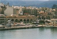Άποψη των Νεωρίων (Arsenali). Οι Βενετοί για την ναυπήγηση, τον εξοπλισμό και τη συντήρηση των πλοίων τους κατασκεύασαν τρία συγκροτήματα νεωρίων: Στη νότια πλευρά του λιμένα τα arsenali Antichi που δεν σώζονται σήμερα, στη δυτική πλευρά τα arsenali Vecchi ή Bembo και τέλος στην ανατολική πλευρά τα arasenali Nuovi - Nuovissimi, τμήματα των οποίων διασόζωνται μέχρι σήμερα και διακρίνονται στη φωτογραφία. Στη δυτική πλευρά την ανατολικών νεωρίων οι Βενετοί κατασκεύασαν μία τεράστια δεξαμενή νερού.
