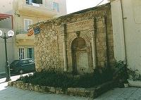Τούρκικη βρύση του Ιδομενέα*. Κτίστηκε από τούρκο αγά στα τέλη του 17ου αιώνα και σήμερα βρίσκεται απέναντι από την παλιά είσοδο του Ιστορικού Μουσείου. * με πλούσια φυτική ανάγλυφη διακόσμηση.