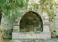 Τούρκικη βρύση του Χανιαλή. Σήμερα δίπλα στην εξωτερική Πύλη του Αγίου Γεωργίου με ανάγλυφο διακοσμημένο κρουνό και όμοιας διακόσμησης λεκάνη.