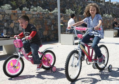 Παιδιά με τα ποδήλατα που διέθεσε ο Δήμος