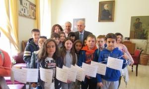 Στίχους Ελλήνων ποιητών κρατούσαν στον Δήμαρχο Ηρακλείου Β. Λαμπρινό οι μαθητές του 11ου Δημοτικού ΣχολείουΜε στίχους Ελλήνων ποιητών τίμησαν την Παγκόσμια Ημέρα Ποίησης οι μαθητές της Δ΄ Τάξης του 11ου Δημοτικού Σχολείου Ηρακλείου στην περιοχή της Χρυσοπηγής που επισκέφθηκαν σήμερα, Τετάρτη 21 Μαρτίου 2018, τον Δήμαρχο Ηρακλείου Βασίλη Λαμπρινό στο γραφείο του στη Λότζια.