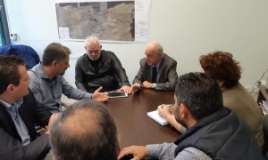 Επί τάπητος η συνεργασία Δήμου Ηρακλείου και Δήμου Μαλεβιζίου για την εκμετάλλευση των γλυκών νερών του ΑλμυρούΣύσκεψη στα γραφεία της ΔΕΥΑΗ πραγματοποιήθηκε το πρωί της Παρασκευής 20 Απριλίου, παρουσία του Δημάρχου Ηρακλείου Βασίλη Λαμπρινού, του προέδρου Γιάννη Ρασούλη, του αντιπροέδρου Μανώλη Χαιρέτη και στελεχών της Επιχείρησης.