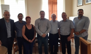 Συνάντηση Δημάρχου Ηρακλείου Β. Λαμπρινού με αντιπροσωπεία του Ευρωπαϊκού Οργανισμού Αθλητισμού ΚωφώνΤο Δημαρχείο Ηρακλείου επισκέφθηκε το πρωί της Πέμπτης 24 Μαΐου, το προεδρείο της Ελληνικής Ομοσπονδίας Αθλητισμού Κωφών (Ε.Ο.Α.Κ.) και τεχνικό κλιμάκιο του Ευρωπαϊκού Οργανισμού Αθλητισμού Κωφών (European Deaf Sports Organization). Βασικό αντικείμενο της επίσκεψης, είναι η διεξαγωγή του Ευρωπαϊκού Πρωταθλήματος Ποδοσφαίρου Κωφών του 2019, το οποίο θα πραγματοποιηθεί στο Ηράκλειο.