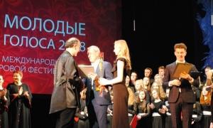 Με βραβεία επέστρεψε από την Ρωσία η Νεανική Χορωδία του Δήμου ΗρακλείουΣτο 16ο Διεθνές Χορωδιακό Φεστιβάλ «Young Voices 2018», στο Nizhny Novgorod της Ρωσίας συμμετείχε η Νεανική Χορωδία του Δήμου Ηρακλείου, έναν χρόνο μετά από την επιτυχημένη αποστολή της στο δεκαήμερο σεμινάριο του μουσικού τμήματος στο Ιόνιο Πανεπιστήμιο στην Κέρκυρα, υπό τη διεύθυνση της διεθνούς φήμης Αμερικανίδας μαέστρου, Doreen Rao.