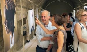 Πραγματοποιήθηκαν τα εγκαίνια της έκθεσης «Face Forward…into my home»Παρουσία του Δημάρχου Ηρακλείου και Προέδρου της ΠΕΔ Κρήτης Βασίλη Λαμπρινού, καθώς και του Αντιπροσώπου στην Ελλάδα της Υπάτου Αρμοστείας του ΟΗΕ για τους Πρόσφυγες (UNHCR), αλλά και πλήθους κόσμου, πραγματοποιήθηκαν την Παρασκευή 14 Σεπτεμβρίου τα εγκαίνια της έκθεσης «Face Forward …into my home», στην Στοά Μακάσι.
