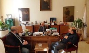 """Στη Λότζια και στο Παγκρήτιο Στάδιο αντιπροσωπεία της Ελληνικής Ποδοσφαιρικής Ομοσπονδίας – Δήμαρχος Ηρακλείου Βασίλης Λαμπρινός: «Το Ηράκλειο έχει ό,τι χρειάζεται για να γίνει το """"σπίτι"""" της Εθνικής»Συνάντηση με τον Δήμαρχο Ηρακλείου Βασίλη Λαμπρινό, στο γραφείο του στην Λότζια, είχε το πρωί της Δευτέρας 10 Δεκεμβρίου κλιμάκιο της Εκτελεστικής Επιτροπής της Ελληνικής Ποδοσφαιρικής Ομοσπονδίας, αποτελούμενο από τον Περικλή Λασκαράκη και τον Παναγιώτη Παπαχρήστο."""