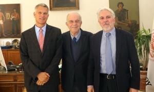 Συνάντηση Δημάρχου Ηρακλείου Βασίλη Λαμπρινού με τον Πρέσβη του ΛουξεμβούργουΤον Πρέσβη του Λουξεμβούργου στην Αθήνα Paul Steinmetz και τον Επίτιμο Πρόξενο του Λουξεμβούργου στην Κρήτη Γιώργο Αεράκη, υποδέχθηκε το πρωί της Μεγάλης Δευτέρας 22 Απριλίου στο γραφείο του στη Λότζια, ο Δήμαρχος Ηρακλείου Βασίλης Λαμπρινός.