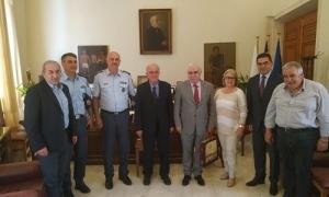 Συνάντηση Δημάρχου Ηρακλείου Βασίλη Λαμπρινού με τον Αρχηγό της Ελληνικής ΑστυνομίαςΣυνάντηση με τον Αρχηγό της Ελληνικής Αστυνομίας Αντιστράτηγο Αριστείδη Ανδρικόπουλο είχε το μεσημέρι της Παρασκευής 17 Μαΐου ο Δήμαρχος Ηρακλείου Βασίλης Λαμπρινός. Στη συνάντηση παρευρέθηκαν επίσης ο βουλευτής ΣΥΡΙΖΑ Νομού Ηρακλείου Σωκράτης Βαρδάκης, ο Επιτελάρχης της ΕΛ.ΑΣ. Υποστράτηγος Ανδρέας Δασκαλάκης, ο Γενικός Αστυνομικός Διευθυντής Κρήτης Κώστας Λαγουδάκης, ο Αστυνομικός Διευθυντής Ηρακλείου Νίκος Σπυριδάκης και οι Αντιδήμαρχοι Στέλα Αρχοντάκη και Γιώργος Καραντινός.