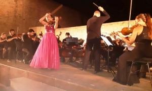 Ενθουσίασε το κοινό η μουσική σύμπραξη της Συμφωνικής Ορχήστρας Νέων Κρήτης με τους «Young Masters» της ΒιέννηςΤο ζεστό χειροκρότημα του κοινού που γέμισε το κηποθέατρο «Μάνος Χατζιδάκις» το βράδυ της Κυριακής 14 Ιουλίου, κέρδισε η μουσική σύμπραξη της Συμφωνικής Ορχήστρας Νέων Κρήτης του Δήμου Ηρακλείου και των νέων ταλέντων του προγράμματος «Young Masters» του Πανεπιστημίου Μουσικής και Παραστατικών Τεχνών της Βιέννης.