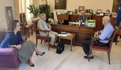 Συνάντηση Δημάρχου Ηρακλείου Βασίλη Λαμπρινού για την Επιδημιολογική Μελέτη Αντισωμάτων στην ΚρήτηΣυνάντηση με τους καθηγητές του Πανεπιστημίου Κρήτης Χρήστο Λιονή και Γρηγόρη Χλουβεράκη είχε το πρωί της Παρασκευής 29 Μαίου, στο γραφείο του στην Λότζια, ο Δήμαρχος Ηρακλείου Βασίλης Λαμπρινός.