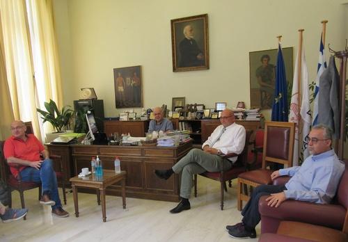 Με τον υποψήφιο Πρύτανη του Πανεπιστημίου Κρήτης και τους υποψήφιους Αντιπρυτάνεις συναντήθηκε στη Λότζια ο Δήμαρχος Ηρακλείου Β. ΛαμπρινόςΜε τον υποψήφιο πρύτανη του Πανεπιστημίου Κρήτης κ. Γιώργο Κοντάκη και τους υποψήφιους αντιπρυτάνεις κ. κ. Δημήτρη Μυλωνάκη, Γιώργο Κοσιώρη, Μιχάλη Παυλίδη και Κωνσταντίνο Σπανουδάκη, συναντήθηκε στο γραφείο του στη Λότζια, σήμερα Πέμπτη 9 Ιουλίου, ο Δήμαρχος Ηρακλείου Βασίλης Λαμπρινός.