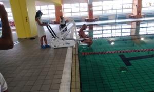 Αναβατόριο για ΑμεΑ στην δημοτική πισίνα στο ΠαγκρήτιοΣτην συνέχιση της αναβάθμισης των υπηρεσιών προς τους αθλούμενους πολίτες του Ηρακλείου που αντιμετωπίζουν κινητικά προβλήματα και θέλουν να κάνουν χρήση των εγκατάστασεων του κολυμβητηρίου του Παγκρητίου Σταδίου, εντάσσεται η παραλαβή μηχανήματος αναβατορίου που παραδόθηκε σε χρήση την Δευτέρα 28/9.