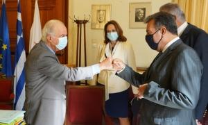 Δήμαρχος Ηρακλείου: « Έχουμε πολύ καλή συνεργασία με το Υπουργείο Τουρισμού για την αντιμετώπιση των συνεπειών της Πανδημίας»Συνάντηση με τον Υφυπουργό Τουρισμό Μανόλη Κόνσολα και την Γ.Γ του Υπουργείου Τουρισμού Βίκυ Λοϊζου, είχε το πρωί της Δευτέρας 26 Οκτωβρίου στην αίθουσα του Δημοτικού Συμβουλίου , ο Δήμαρχος Ηρακλείου Βασίλης Λαμπρινός.