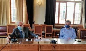 Σύσκεψη στη Λότζια για την αντιπλημμυρική θωράκιση του ΗρακλείουΣύσκεψη με τον Περιφερειάρχη Κρήτης Σταύρο Αρναουτάκη είχε το μεσημέρι της Τρίτης 27 Οκτωβρίου ,στην αίθουσα του Δημοτικού συμβουλίου Ηρακλείου ο Δήμαρχος Βασίλης Λαμπρινός.