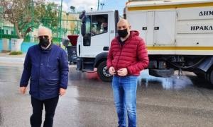 Ο Δήμαρχος Ηρακλείου Βασίλης Λαμπρινός στην στοχευμένη δράση καθαριότητας στο ΔειλινόΜε επιτυχία συνεχίστηκαν το Σάββατο 10 Απριλίου οι εβδομαδιαίες στοχευμένες δράσεις καθαριότητας που πραγματοποιεί ο Δήμος Ηρακλείου στις συνοικίες και τους οικισμούς της επικράτειάς του.