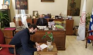 Υπεγράφη η σύμβαση για τη «Συντήρηση Δημοτικών Κτιρίων» - Δήμαρχος Ηρακλείου Β. Λαμπρινός: «Στόχος η ασφάλεια εργαζομένων και πολιτών»Υπεγράφη η σύμβαση για την «Συντήρηση Δημοτικών Κτιρίων» χθες, Δευτέρα 12 Απριλίου, στη Λότζια. Την σύμβαση υπέγραψε ο Δήμαρχος Ηρακλείου Βασίλης Λαμπρινός, με τον εκπρόσωπο της αναδόχου εταιρίας, παρουσία του Αντιδημάρχου Τεχνικών Έργων Γιάννη Αναστασάκη.