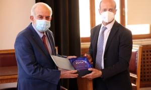Τιμήθηκε ο Δήμος Ηρακλείου από την Ύπατη Αρμοστεία του ΟΗΕ για την συνεισφορά του στην διαχείριση του ΠροσφυγικούΣυνάντηση με τον Αναπληρωτή Αντιπρόσωπο της ΄Ύπατης Αρμοστείας του ΟΗΕ στην Ελλάδα Jason Hepps είχε το μεσημέρι της Τρίτης 11 Μαΐου, στην Λότζια, ο Δήμαρχος Ηρακλείου Βασίλης Λαμπρινός.