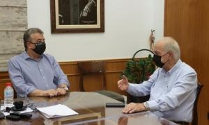 Επαφές του  Δημάρχου Ηρακλείου Βασίλη  Λαμπρινού για το μεταφορικό ισοδύναμο Σύσκεψη με αφορμή την εξαίρεση των επιβατών της Κρήτης από την εφαρμογή του μεταφορικού ισοδύναμου , συγκάλεσε το πρωί της Παρασκευής 23 Ιουλίου στο γραφείο του στη Λότζια, ο Δήμαρχος Ηρακλείου Βασίλης Λαμπρινός με τη συμμετοχή του προέδρου του ΕΒΕΗ Μανόλη Αλιφιεράκη , του προέδρου του Οικονομικού Επιμελητηρίου Σταύρου Καρτέρη και του προέδρου της Ομοσπονδίας Εμπορικών Συλλόγων Κρήτης Μανόλη Κουμαντάκη.